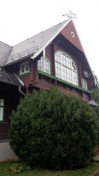 """Außenansicht des ehemaligen Jagdhauses von Carl Wentzel (1876–1944). Heute gehört das Gebäude zur Jugendherberge """"Carl Wentzel"""", Gorenzen."""