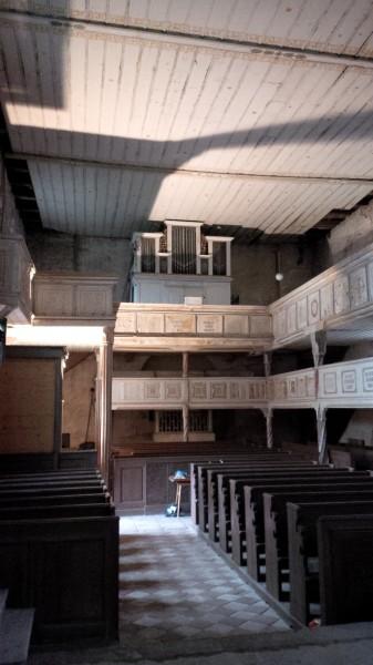Innenraum der Hergisdorfer Kirche vom Altar aus gesehen.