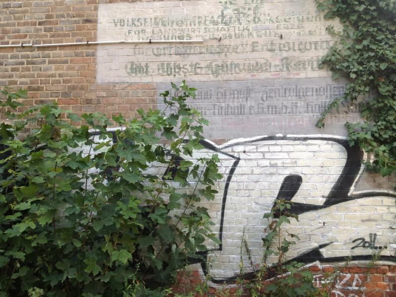 Eine Wand mit den Spuren mehrerer Jahrzehnte.