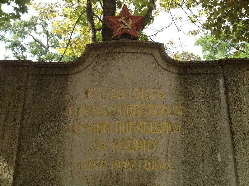 """Der sowjetische Soldatenfriedhof in Eisleben: """"Ewige Ehre den Kämpfern der Sowetarmee, die in den Jahren 1941–45 für die Heimat starben."""""""