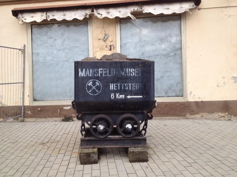 Hinweisschild zum Bergbaumuseum in Hettstedt.