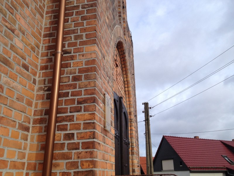 Kupfernes Fallrohr an der Blumeroder Kirche.