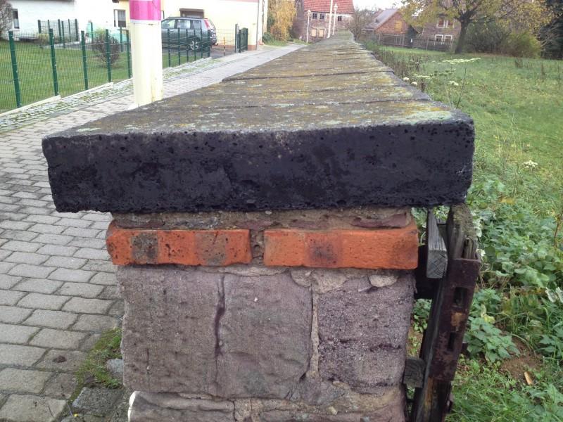 Die Mauer an der Kirche von Siebigerode ist mit Schlackestein abgedeckt, einem Relikt der Verhüttung des Kupferschiefers.