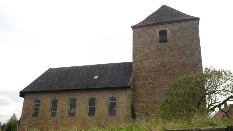 Kirchengebäude in Seitenansicht.