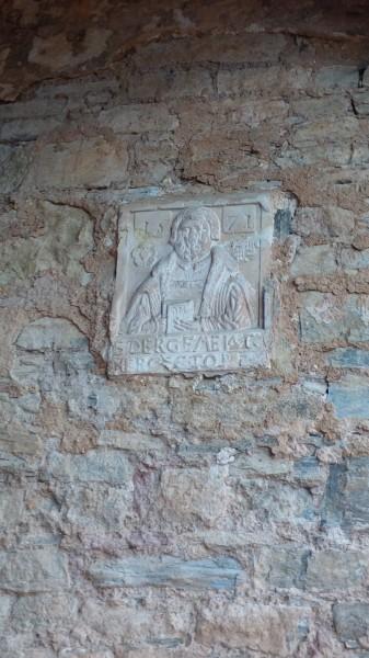 Luther-Relief am Eingang der Hergisdorfer Kirche.