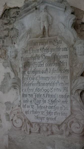 Gedenkstein in der Hergisdorfer Kirche.