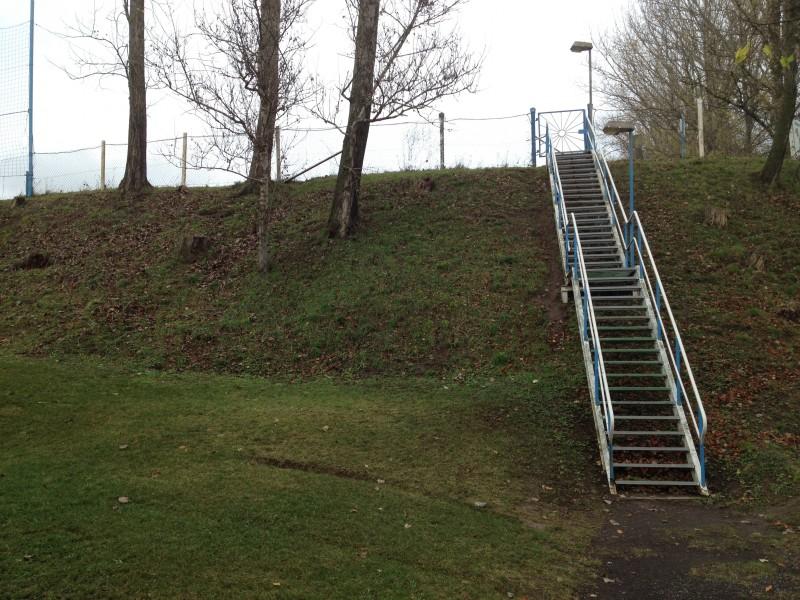 Aufgang zum Sportplatz am Ortseingang von Ahlsdorf.