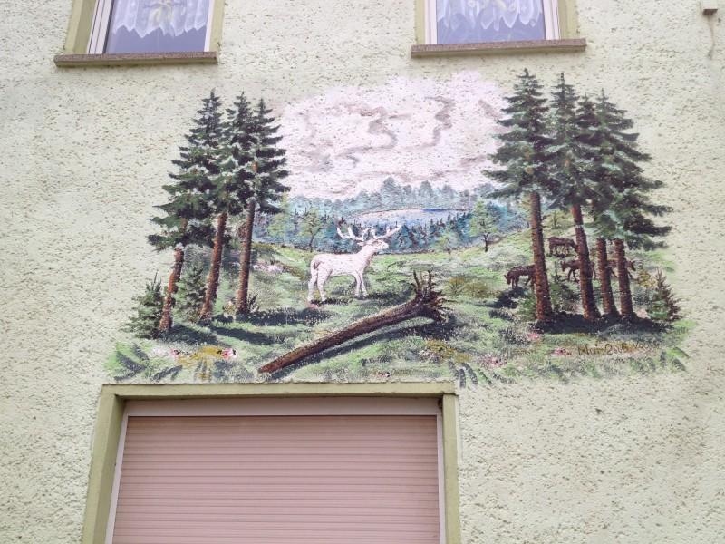 Wandbild an der Gaststätte Zum Weißen Hirsch.