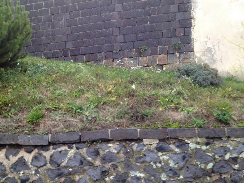 Mauer aus Schlackestein in Ziegelrode.
