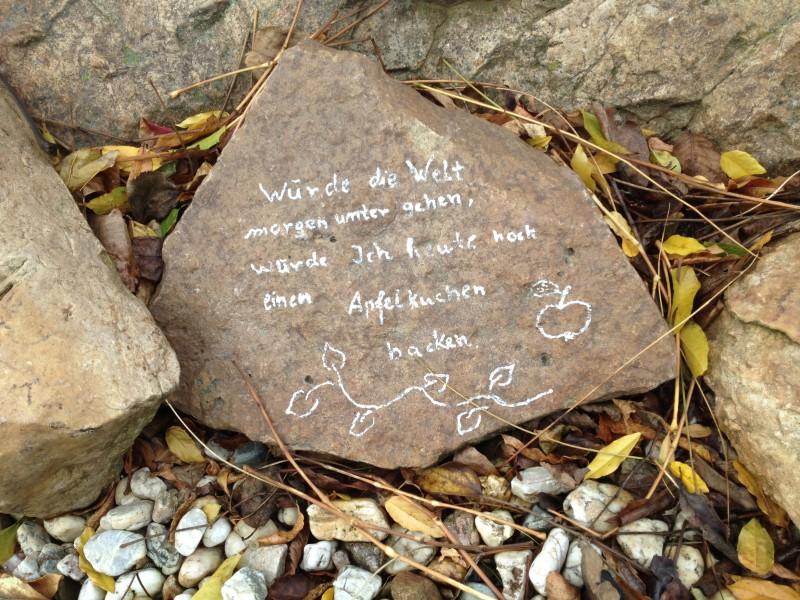 Der Stein vor einem Einfamilienhaus in Annarode verfremdet das bekannte Zizat Martin Luthers.