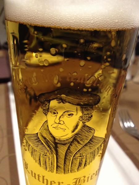 Im Gasthaus am Markt in Eisleben gibt es Lutherbier; Essen allerdings nur in kleine, lauwarme Portionen.